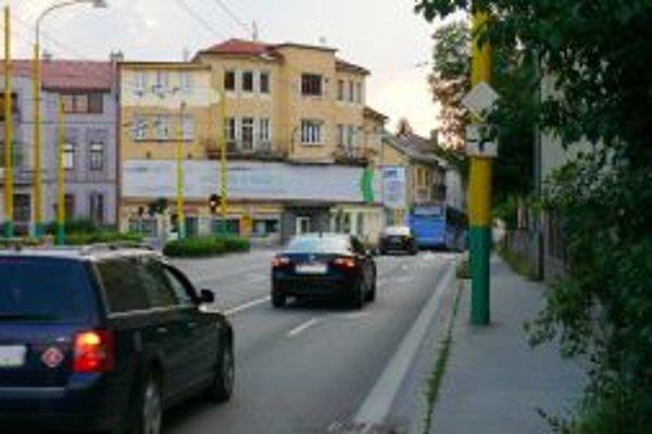 Križovatka na Hviezdoslavovej ulici. Mnohí z vodičov tu porušujú pravidlá.