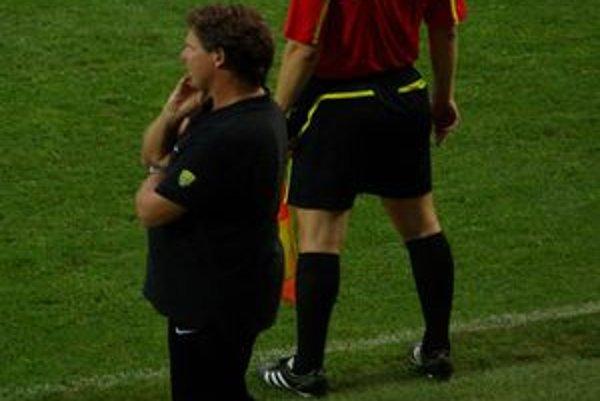 Tréner MŠK Žilina Frans Adelaar pozorne sleduje priebeh posledného prípravného zápasu svojich zverencov.