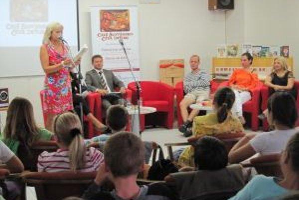 V knižnici čítali deťom. Vyberali rozprávky od slovenských autorov.