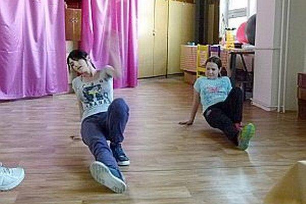Cvičiteľka Zuzana naučila Katku pár tanečných krokov