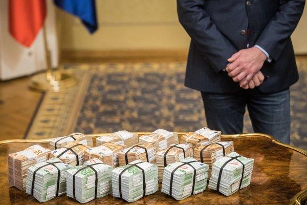 Podľa podpredsedu vlády boli peniaze dovezené na Úrad vlády SR a po tlačovej besede aj odvezené do banky.