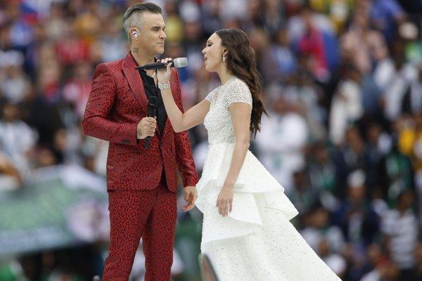 Britský spevák Robbie Williams a ruská operná diva Aida Garifullinová počas otváracieho ceremoniálu.