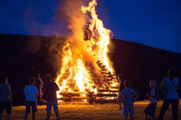 V komunitnom centre v Sásovej oživia aj tradíciu Jánskych ohňov.
