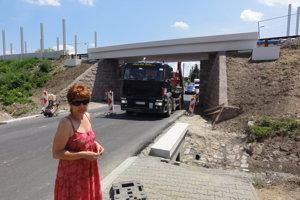 Tam, kde náhle skončí chodník, musia ľudia vstupovať na rušnú a nebezpečnú cestu. Na fotke Mária Macánková, ktorá na problém dlhodobo upozorňuje.