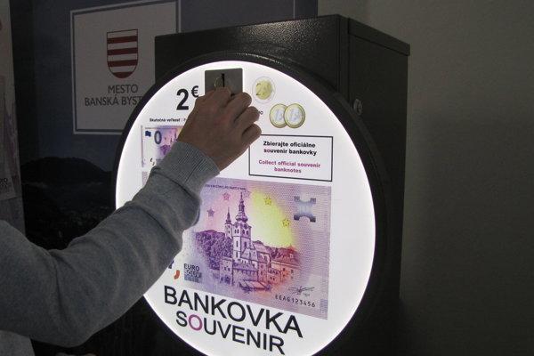 Suvenírová 0- eurobankovka bola jedným z hlavných lákadiel prvého dňa.
