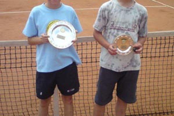 Víťaz turnaja Marek Ščamba z LTC Bytča (vľavo). Porazený finalista Herman vpravo.