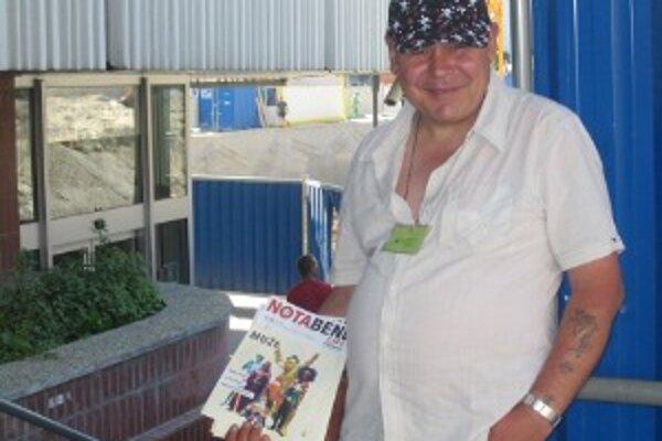 Ľubomír s časopisom Nota Bene. Charakteristickým znakom je úsmev.