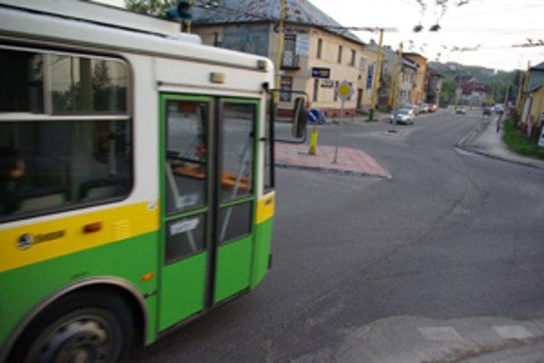 Trolejbus neubrzil a vrazil do áut pred ním.