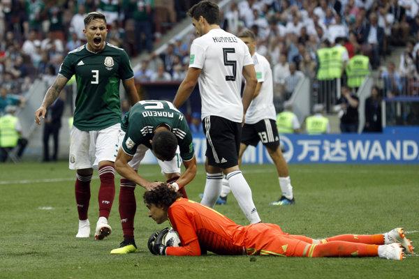 Mexičania sa radujú po jednom z úspešných zákrokov, ktoré predviedol Guillermo Ochoa.