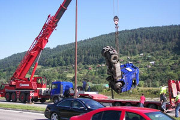 Kamión vyťahovali žeriavom.