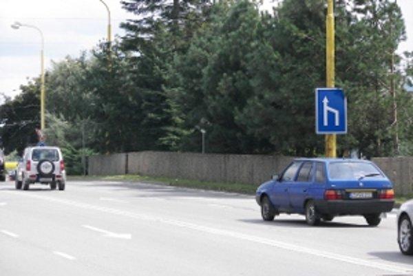 Konáre borovice ukrývajú značku pred zrakmi vodičov.