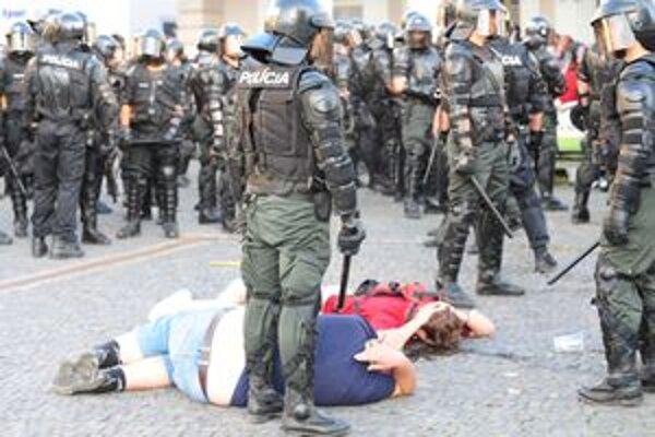 Fanúšikov museli spacifikovať policajti.