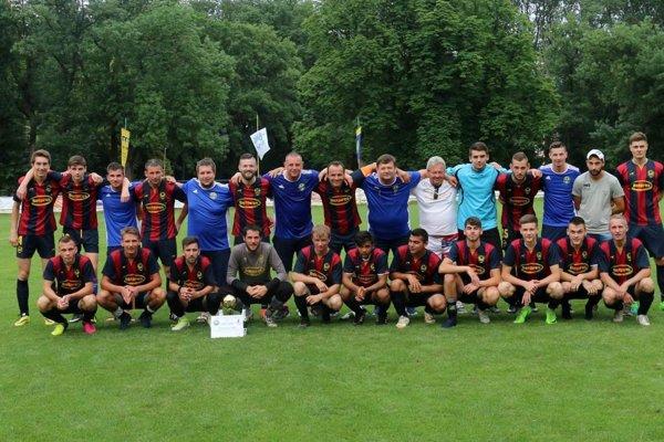 Kolektív FK Zemplínska Teplica po víťazstve vkvalifikačnom dueli apostupe do piatej ligy.