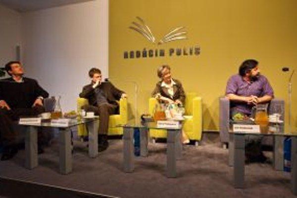 Hostia filozofickej kaviarne. Zľava: Ondrej Sočuvka, Michal Hrabovec, Dana Prekopová, Ján Košturiak.