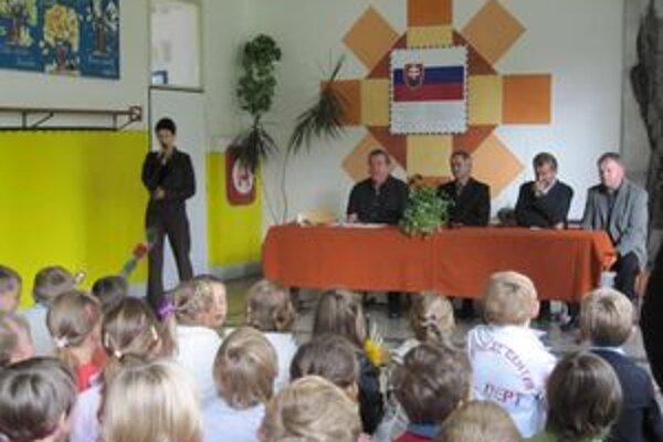 Začiatok školského roka v Gbeľanoch. Deti vítali riaditeľ školy a starostovia najbližších obcí.