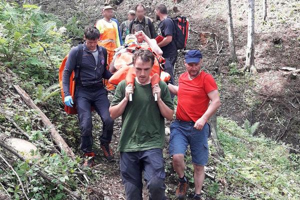 Pred pár dňami horskí záchranári pomáhali aj ranenému pilčíkovi vOraviciach.