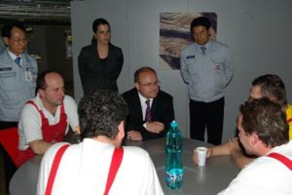 Minister na návšteve v závode kórejskej automobilky diskutoval so zamestnancami.