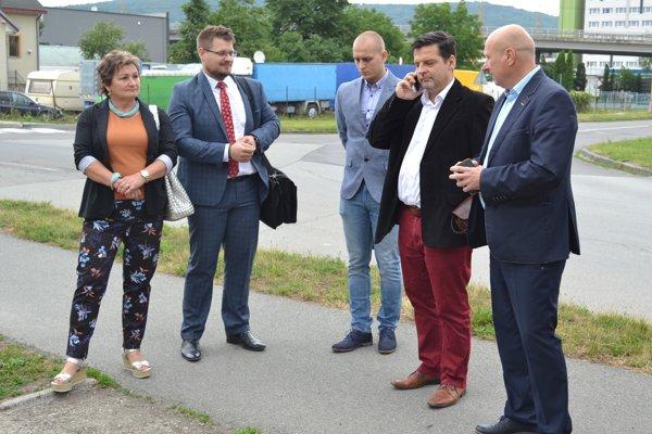 Účastníci sporu pred budovou materskej školy. Anna Lopatová so svojimi právnymi zástupcami, právny zástupca Mesta Humenné Marcel Kandrik a sudca Jozef Engel.