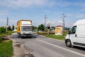 Na priecestie na Vrakunskej ceste sa vodiči sťažujú už roky.