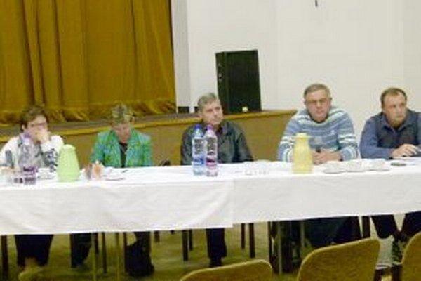 Z trinástich poslancov boli proti vyplateniu odmien dvaja.