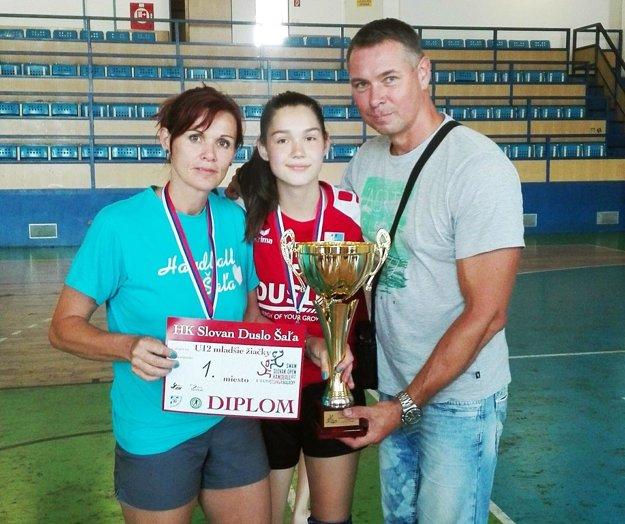 Radosť zo zisku titulu zavládla aj v rodine Šalatovcov – zľava trénerka Andrea Šalatová, druhá najlepšia strelkyňa Radka Šalatová a Ľuboslav Šalata, volejbalový tréner.
