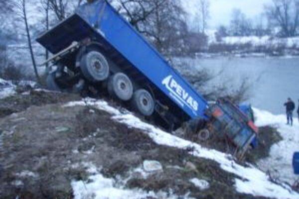 Kamión s traktorom skončili v priekope pri Váhu.