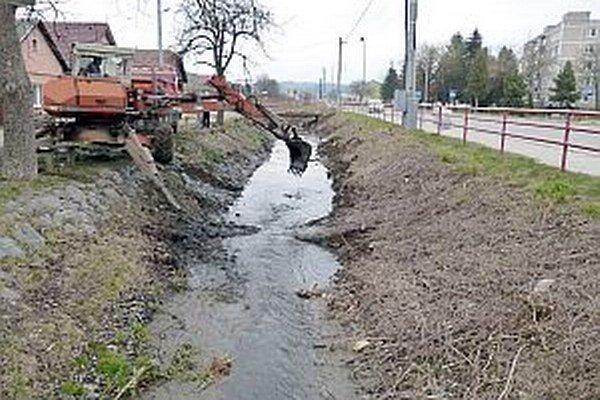 Čistenie potoka.