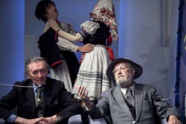 Divadelníci Vladimír Šupka (vľavo) a Martin Bálik boli hosťami cyklu Odkrývanie slov a obrazov v Nadácii Polis.