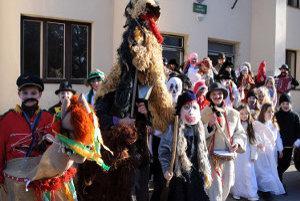 Osemdesiat detí z miestneho folklórneho súboru Hájovček chodilo 1.marca 2011 po Strečne vo fašiangových maskách.