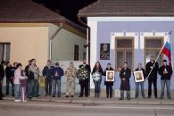 Len hŕstka priaznivcov Slovenského štátu si včera prišla do Bytče pripomenúť výročie. Miestnych nebolo ani desať, hoci organizátori rozposielali pozvánky do schránok.