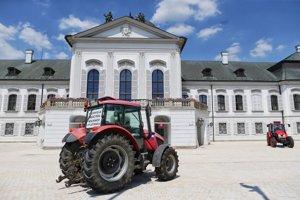 Traktor pred palácom.