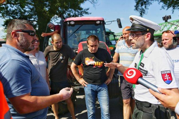Farmári sa hádajú s policajtmi.
