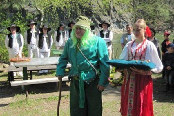 Vodník Jurko spolu s vodnou vílou Vlnkou odovzdali pltiarom kľúč od vôd Váhu.