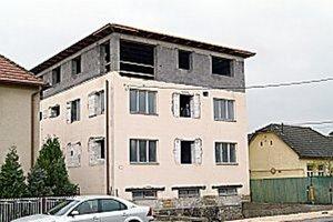 Rekonštrukcia bytovky. Na jar by v nej už mali bývať nové rodiny.