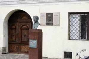 Busta Ferdinanda Ďurčanského stojí na podstavci pred múzeom v Rajci od dnešného dopoludnia.