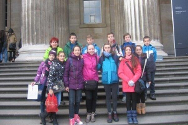 Skupinka mladých cestovateľov v Londýne.