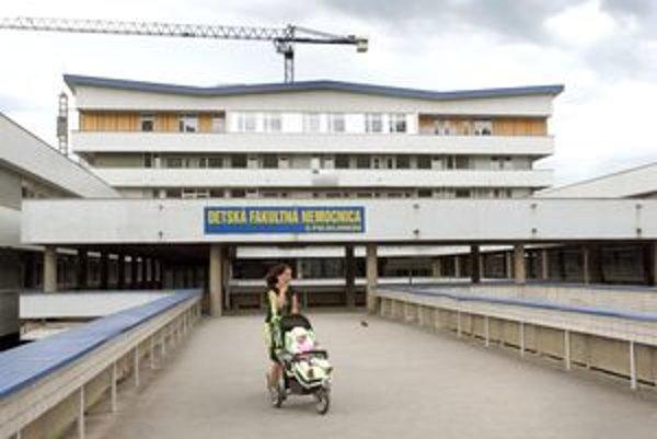 Nemocnica v Banskej Bystrici. Tu leží zranené dievčatko z Predmiera.