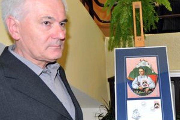Poštovú známku pri príležitosti 400. výročia narodenia Žofie Bosniakovej vydala Slovenská pošta. Na snímke autor známky Marián Čapka.