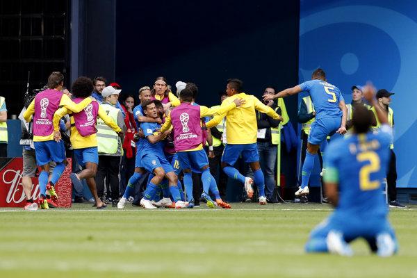 Hráči Brazílie sa radujú po góle na 1:0.