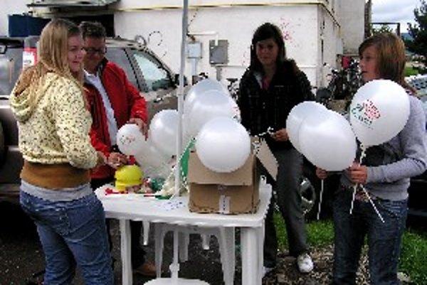 V Bytči rozdávali balóny s logom strany Smer.