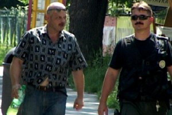Šofér autobusu Jozef K. (vľavo) má 45 rokov. Priznal, že vypil štyri a pol piva a neodhadol situáciu.