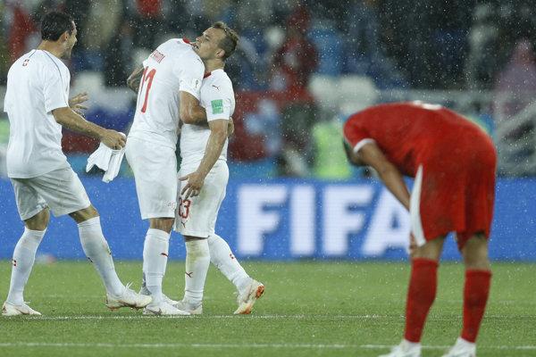 Futbalisti Švajčiarska sa tešia z víťazného gólu Xherdana Shaqiriho.