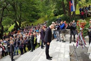 Na snímke vpravo predseda vlády SR Peter Pellegrini (Smer) počas pietnej spomienky v rámci 13. ročníka podujatia Kalište – stretnutie generácií na mieste tejto vypálenej obce v okrese Banská Bystrica.