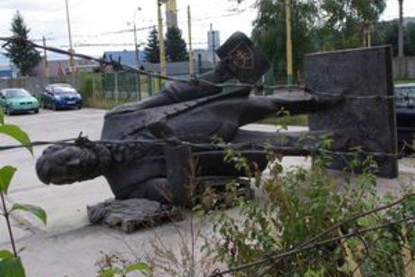 Národovec leží v areáli dopravného podniku. Čaká ho zrejme fontána medzi obchodmi.