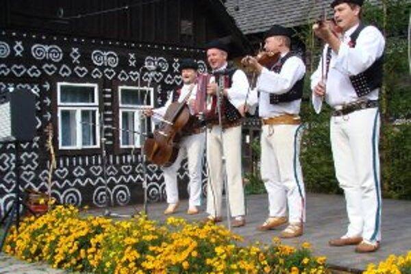 Počas víkendu spestria náladu aj hudobníci.