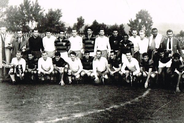 Pred úvodným výkopom zápasu Jednota Trenčín (v bielom) – Flamengo Rio de Janeiro.