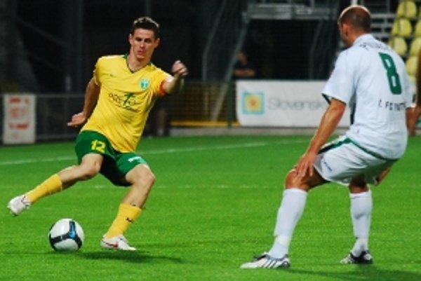 V 8. futbalovej kole Corgoň ligy hrala MŠK Žilina doma s FC Tatran Prešov. Kapitán domácich Róbert Jež (vľavo) proti Miroslavovi Poliačekovi.