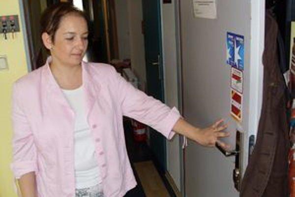Zlatica Kmeťová, dvere museli nechať opraviť.