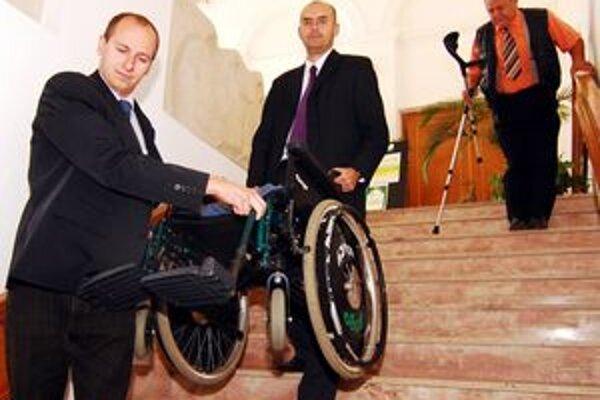 Starosti s bariérami majú aj vozíčkari, ak sa chcú stretnúť s primátorom Žiliny. Pri prekonávaní schodov sú potrební pomocníci.
