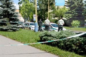 Policajti opáskovali časť chodníka.